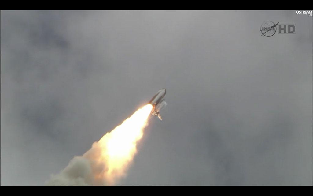 Атлантис набирает скорость, удаляясь от мыса Канаверал.