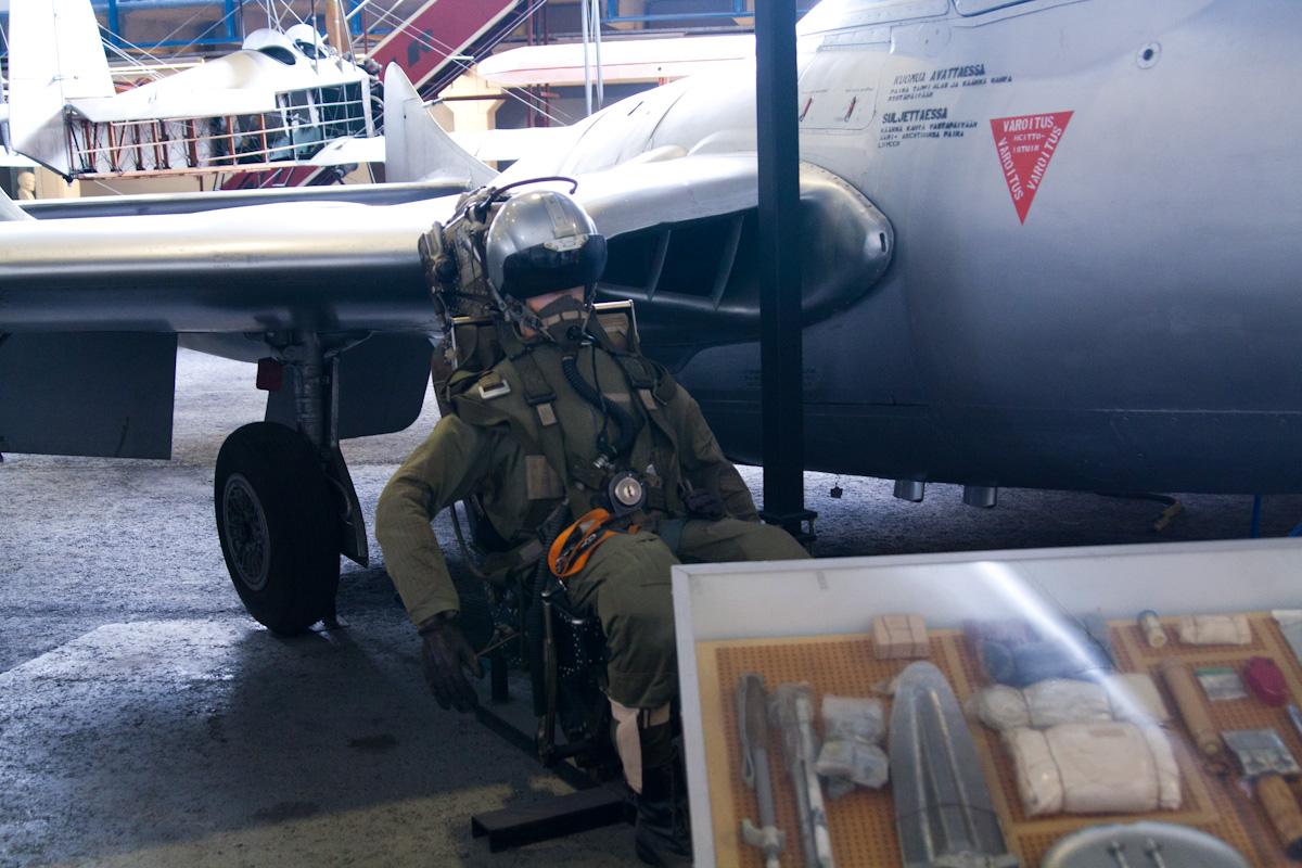 Ещё один ненастоящий пилот и кусок комплекта для выживания