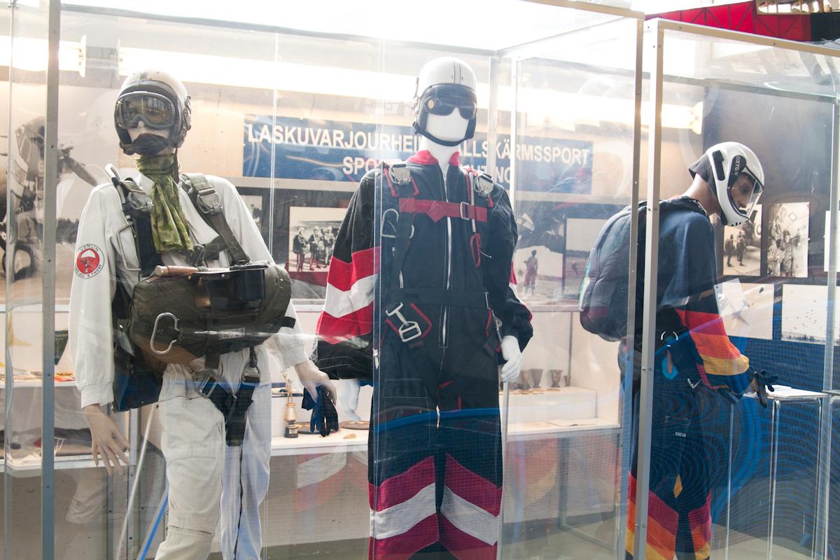 Финские спортсмены-парашютисты.