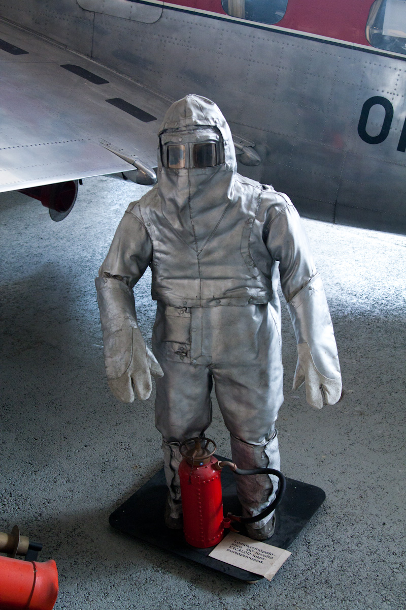 аэропортовский пожарный в своём парадном облачении