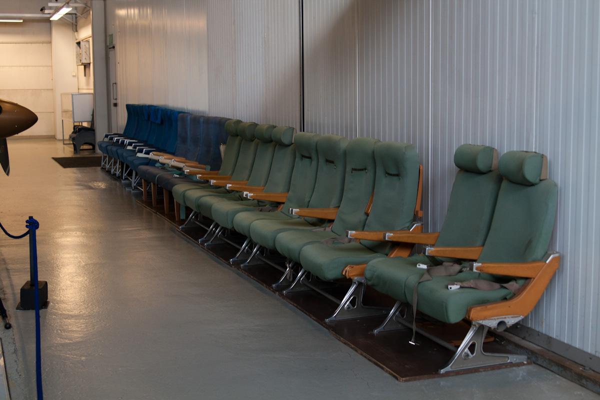 Кресла для посетителей, снятые прямиком со старых авиалайнеров